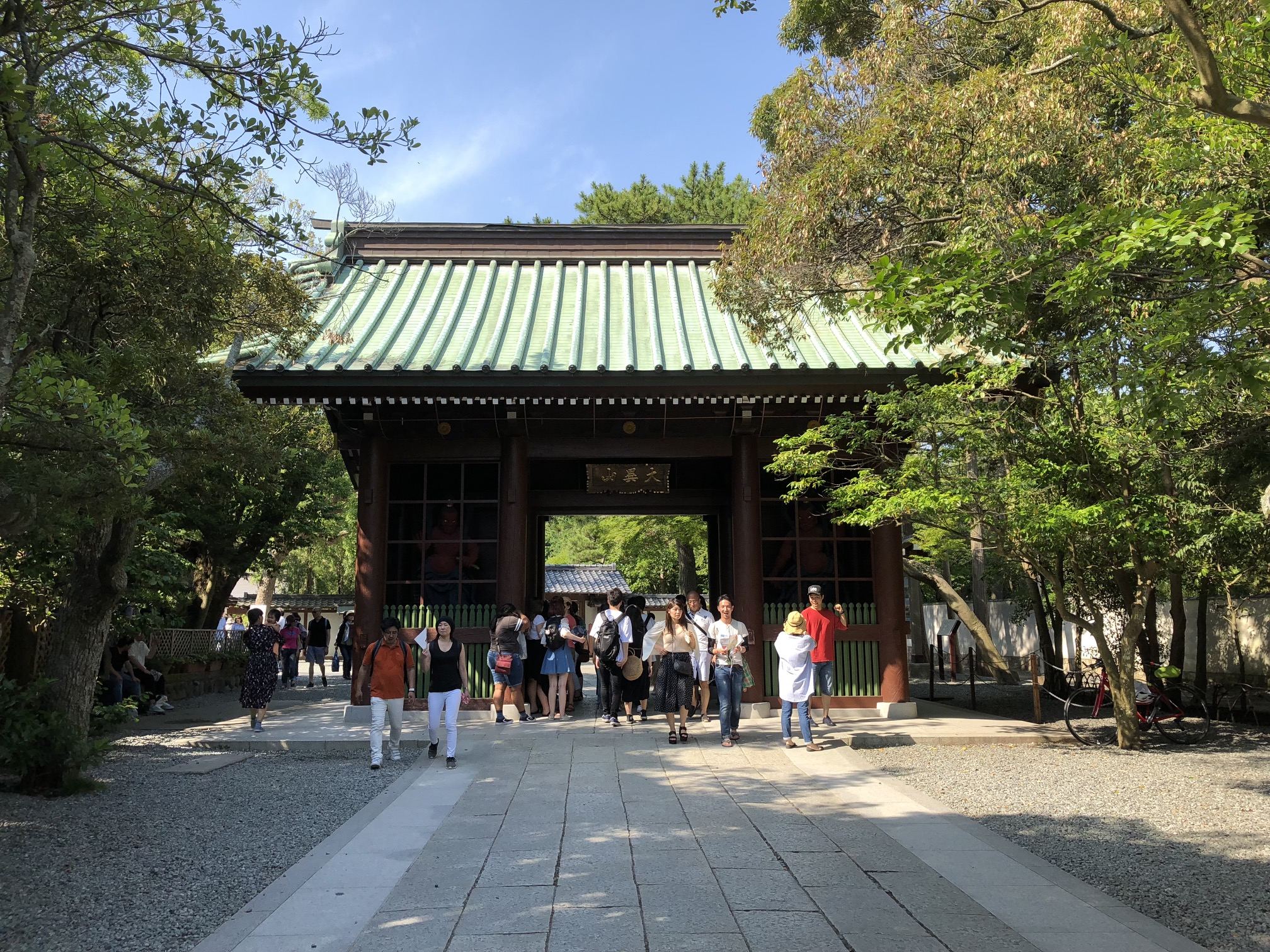 (Caption) But before we get to see Buddha's statue, we're welcomed by 仁王門 (Nioo-mon Gate).