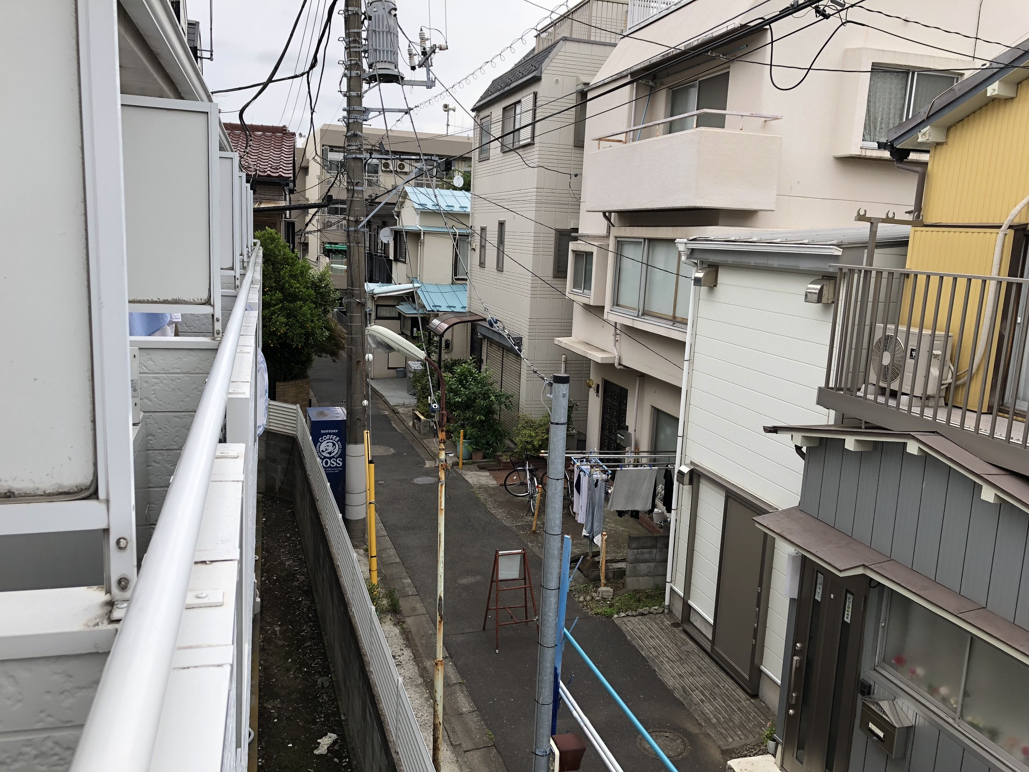 (Caption) Another look into the street. It's a seriously quiet area, cars are even forbidden from entering the street my apartment is at. Which is even more amazing considering I'm living quite close to the centre of Tokyo.